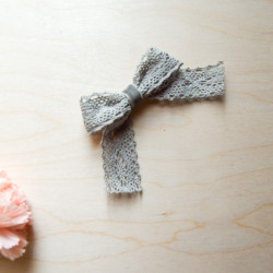 Ręcznie wykonana spinka kokardka koronkowa